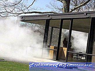Installatie van kunstenaar Fujiko Nakaya bij Philip Johnson's Glass House